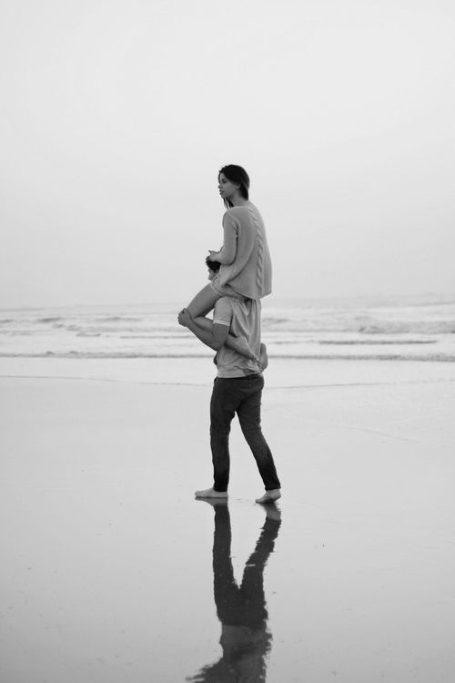 Картинки девушка на шее у парня