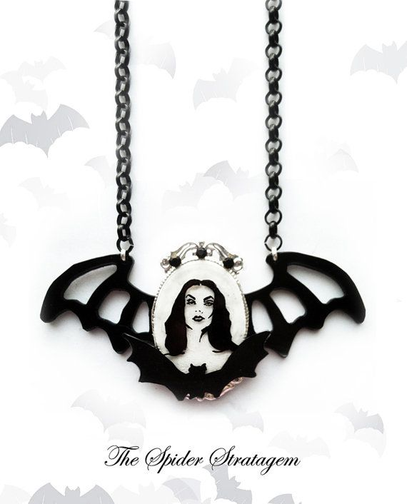 Gothic victorian bat necklace 'Vampira' maila by SpiderStratagem, €32.00