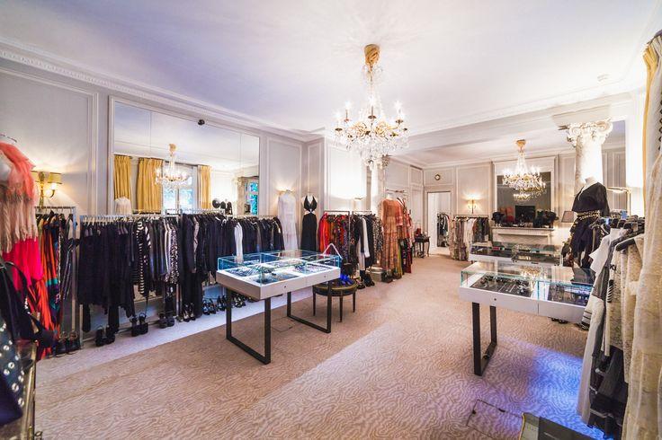 """Qui n'a jamais rêvé de se faufiler dans la suite d'un grand hôtel """"juste pour voir"""" ? Les Parisiennes aussi, tiens donc, vont pouvoir s'infiltrer dans les chambres d'ordinaire réservées aux héritières, en mode shopping, manucure, tea-time et champagne. Suivez le mode d'emploi."""