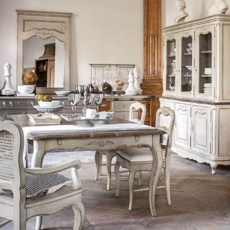 Ces chaises agrémenteront avec élégance les différentes tables de la collection Château & Dépendances. Grâce à son assise tissu rembourrée, vous apprécierez confortablement tous vos repas.