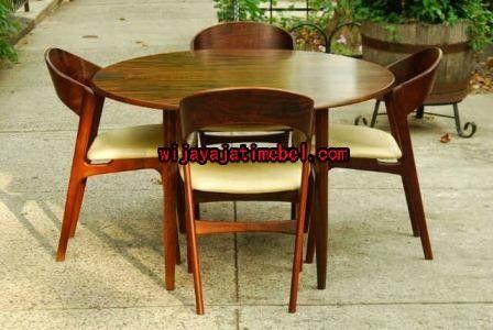 set meja makan bundar adalah kursi makan yang terdiri dari 4 kursi dan mempunyai desain meja bundar. maka set kursi makan tersebut sangat simpel dan mewah