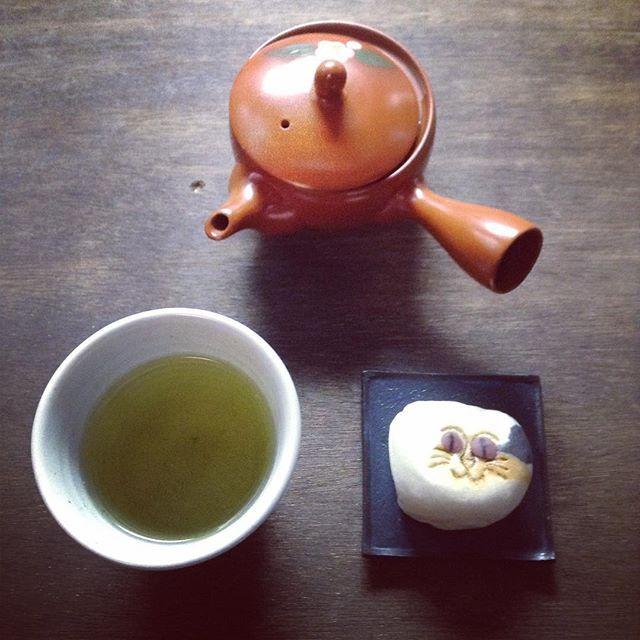 お土産のお饅頭を定番のお茶で() #お茶の時間 #玄米茶 #猫子まんじゅう #路地所縁らしい
