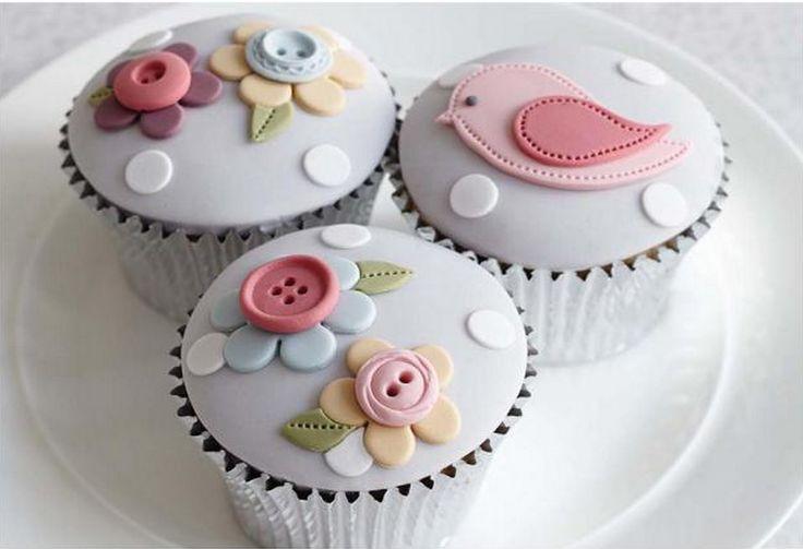 Cupcakes decorados con temática de costura y primavera