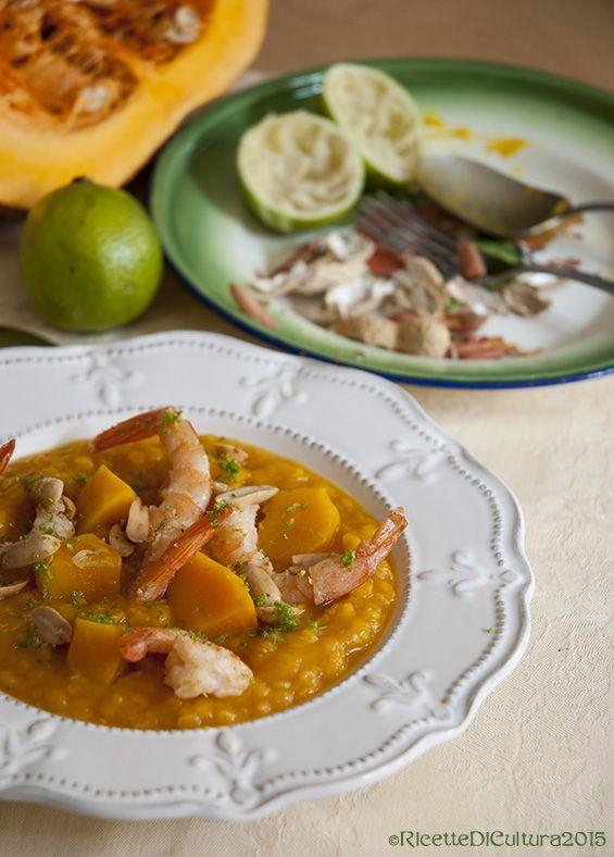Zuppa di zucca al lime, con lenticchie rosse, mazzancolle e arachidi