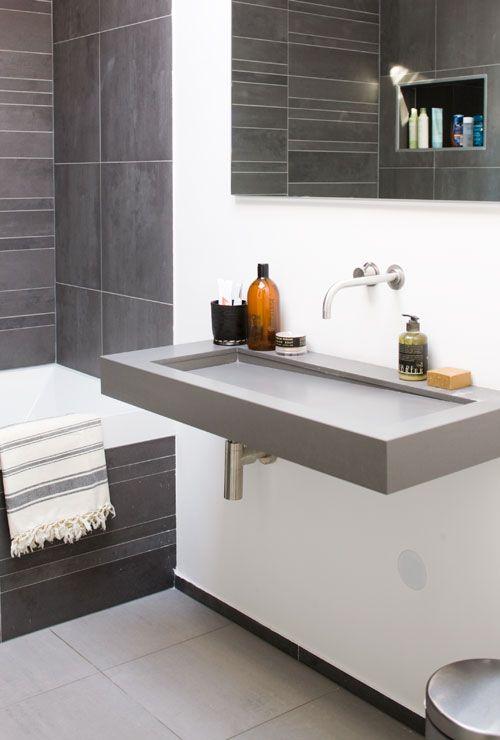 Moderno ba o en tonos grises como complemento una fouta blanca con rayas grises deco bano - Banos grises ...