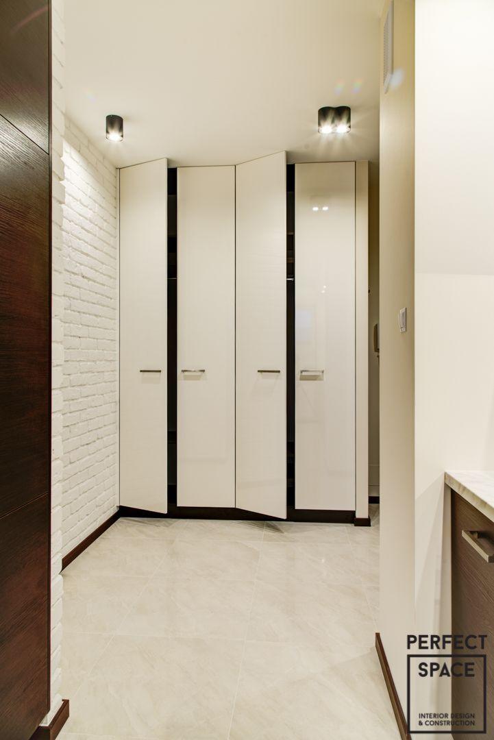 Czasem zdarza się iż nasi klienci doskonale wiedzą czego chcą, a nas potrzebują do wcielenia tej wizji w życie i jej kompletnej realizacji. Tak było w tym przypadku. Biała cegła (malowana), nowoczesna kuchnia (biel + wenge), sypialnia z szafą lustrem, przestronna szafa w korytarzu. Na podłodze dąb bielony quickstep , drzwi wewnętrzne drewniane orzech brazylijski, oświetlenie i telewizor Philips, klimatyzacja Airwell.