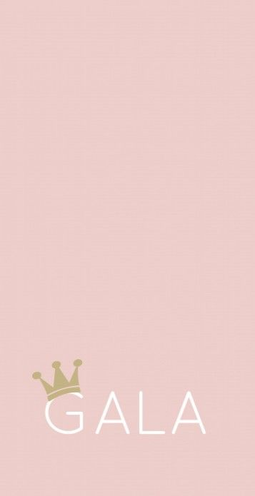Strak modern geboortekaartje met een gouden kroontje op de naam op een oud roze achtergrond. Stoer voor meisjes!