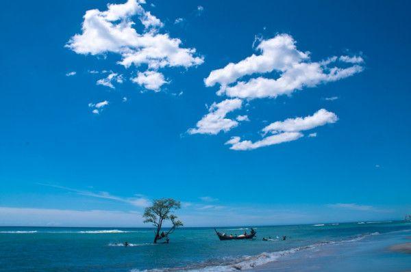 Pantai Pasir Putih Lhok Mee berada sekitar 2 kilometer pelabuhan Kruen Raya Malahayati ini berada di Desa Lamreh, Kecamatan Mesjid Raya. Hanya dibutuhkan waktu kurang lebih 35 menit atau dengan jarak tempuh 40 kilometer dari Kota Banda Aceh untuk mencapai kesana.