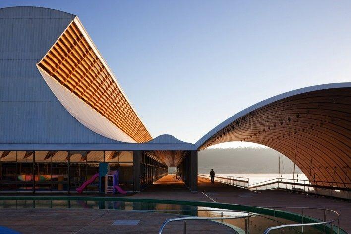 """Sarah Brasília Lago Norte, galpão para esportes náuticos, Brasília DFFoto Nelson Kon  [LIMA, João Filgueiras (Lelé). """"Arquitetura - uma experiência na área da saúde""""]"""