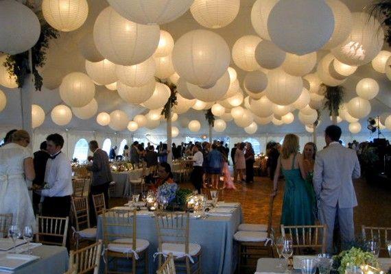 A hagyományos, fehér lampionok klasszikus esküvői stílust adnak a helyiségnek.