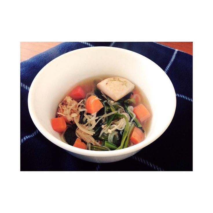 大晦日に部屋に帰ってきたら冷蔵庫にわかめとヨーグルトしかなくて今日の朝までそれ食べて生きてきたんだけどついに枯渇したから材料買って作ったよね  2016もvegeに生きます #cooking#healthy#diet#lowcarb#vegetables#soup#carrots#onion#spinach#mushroom#konnyaku#chicken by mionaito415