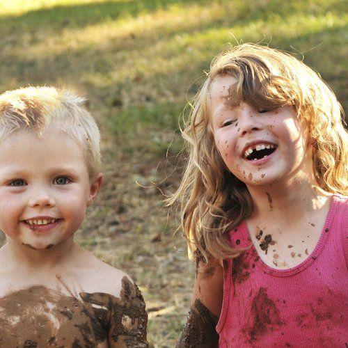 Trek je overall en laarzen aan, want we gaan naar de boerderij! Kom een kalfje de fles geven, lekker ravotten in de hooiberg, slootje springen tussen de grazende koeien of leer het reilen en zeilen op de boerderij van boer Wilco. Bij FarmCamps Stolkse Weide leert jong en oud spelenderwijs over het boerenleven en keer je na een heerlijk verblijf in een vrolijke safaritent met tal van nieuwe (dieren)vriendjes huiswaarts!