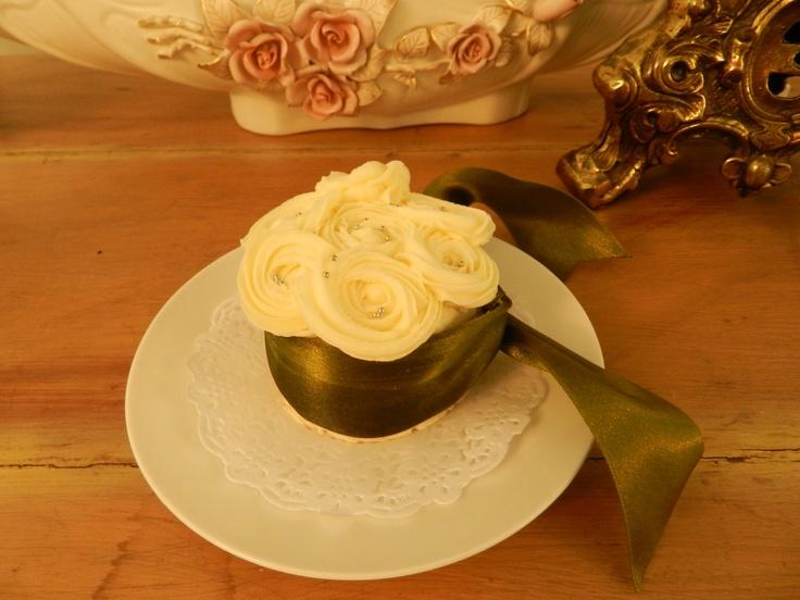 Minipastelito de boda hecho con pan de vainilla, relleno de mermelada de fresa y betun de mantequilla, decorado con betún en forma de rosas, perlas comestibles y liston verde!