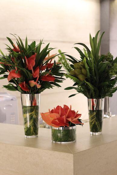 Arranjo de flores: anturio, samambaia, folhagem