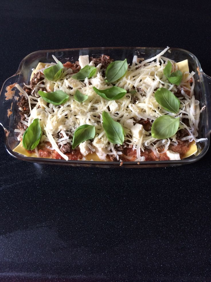 Zelfgemaakte Lasagne. Met mozzarella, Spaanse harde kaas, gehakt, zelfgemaakte tomatensaus, verse lasagnebladen en zelfgemaakte Ricotta.