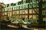 """Amsterdam, wie kent het niet. Onze hoofdstad is de meest multiculturele stad van de wereld met rond de 175 gevestigde nationaliteiten. Amsterdam (""""Mokum"""") biedt veel voor haar (oudere) inwoners en bezoekers.   Alle woonwensen van senioren kunnen worden ingevuld. Denk bijvoorbeeld aan verzorgingshuizen, levensloopbestendige appartementen of aanleunwoningen. Senioren kunnen contacten leggen in diverse ouderen sociëteiten en ontmoetingscentra."""