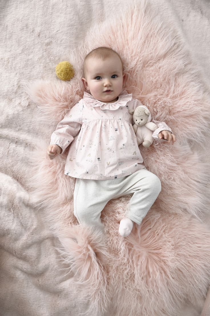 Jolis motifs poétiques et ludiques, un ensemble bébé à offrir aux toutes petites !
