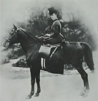 Alexandra du Danemark, épouse d'Edouard VII d'Angleterre - Equitation monte en amazone