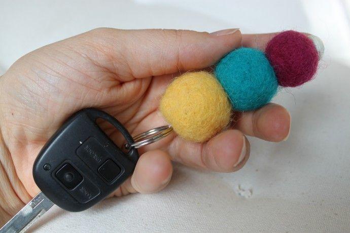 Kelta-turkoosi-pinkki huovutettu pallo-avaimenperä ja auton avain