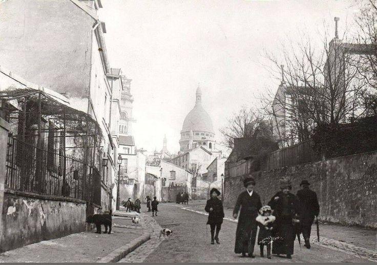 Petite promenade dominicale, rue de l'Abreuvoir à Montmartre, vers 1900...  (Paris 18ème)