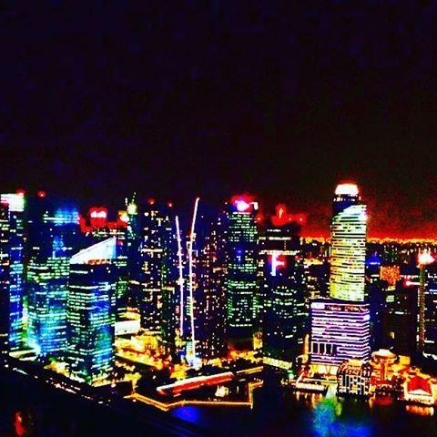 Instagram【mahogrd】さんの写真をピンしています。 《. . まあバルリー感 . シンガポール マリーナベイサンズの 屋上プールからの一枚 . #旅行 #日本 #海外 #黒 #夜景 #家族 #ホテル #プール #シンガポール #今日 #雪合戦の予定で #1日あけたのに #積もってないじゃん #あー1日やることなくなった #みなさん #転倒には #お気をつけください #明日 #整形外科 #忙しくなってしまうので #笑》