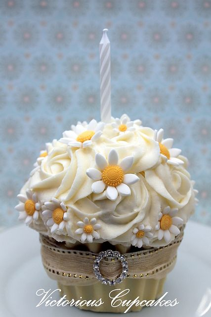 cupcakesandhappiness: Flowers Cupcakes, Beautiful Cupcakes, Pretty Cupcakes, Birthday Cupcakes, Giant Cupcakes, Daisies Cupcakes, Birthday Daisies, Beautiful Cakes, Birthday Minis