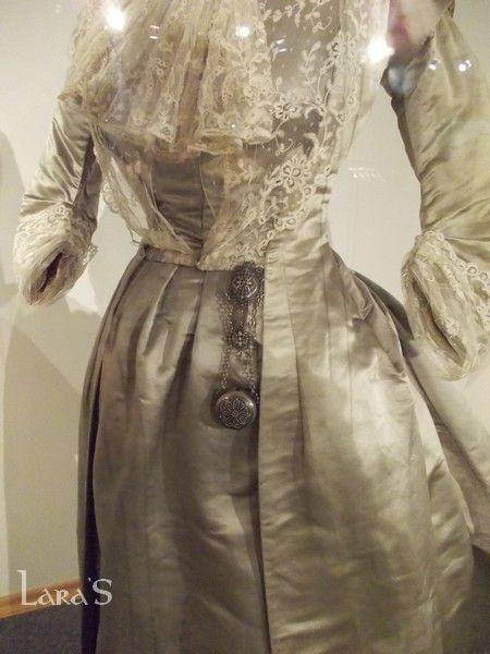 Платье для приемов. Шелковый атлас, декорировано кружевом и жабо из кружев. 1900е годы, Париж. Paquin