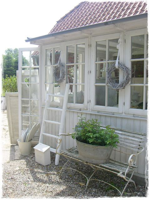 I want this adorable garden house/greenhouse/potting shed so badly...