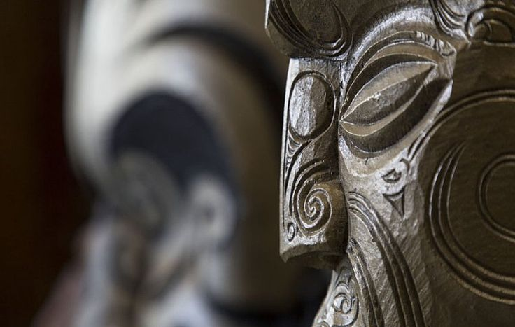 В привычном для европейцев понимании у маори не существовало письменности. Поэтому знания передавались через поколение в поколение в устной форме и посредством символического искусства. На резчиков была возложена функция летописцев. | Культура и традиции маори | Ahipara Luxury Travel New Zealand #новаязеландия #маори #культура #традиции #тур #гид #экскурсия #скульптура #искусство
