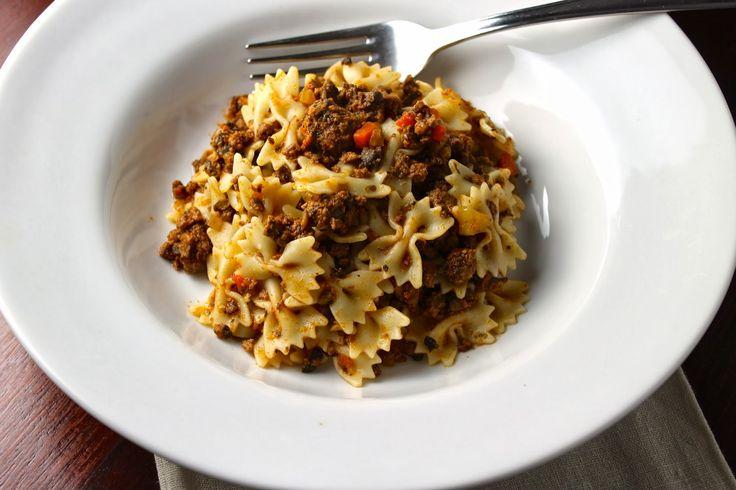 ALSA BOLOGNESA. II  Ingredientes para 8-10 porciones 2 cucharadas de aceite de oliva 2 dientes de ajo picaditos 1 ½ taza de cebolla (1 cebolla grande o 2 medianas) picadita 1 ½ taza de apio (2 tallos largos) picadito 1 taza de zanahoria (2 zanahorias delgadas) picadita 3 tazas de hongos portobello picaditos 2 libras de carne de res magra molida 2 tazas de vino blanco 2 cucharadas de orégano seco 2 cucharadas de albahaca seca 2 hojas de laurel 6 oz (170 gramos) de pasta de tomate 3-4 tazas de…