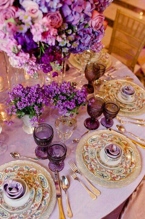 Tablescape in classic style with gold and lilac l setting clásico en oro y lila
