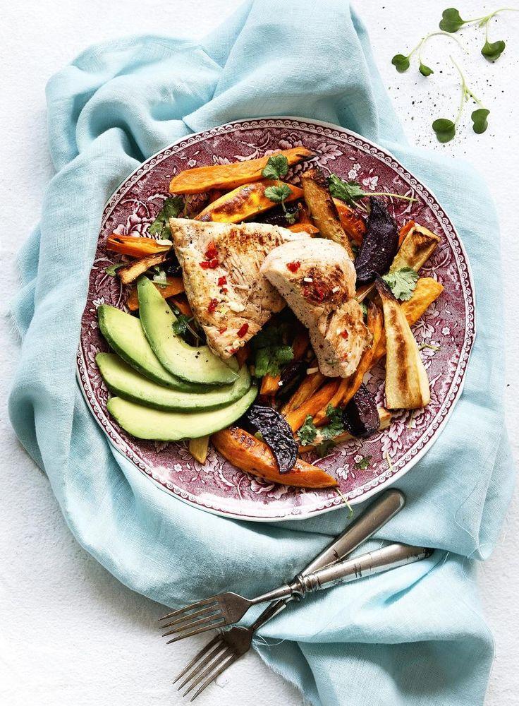 Kana-avokadosalaatti uunijuurespohjalla // Chicken & Avokado Salad with oven roasted veggies Food & Style Jasmin Raitakari Photo Kreetta Järvenpää Maku 1/2016, www.maku.fi