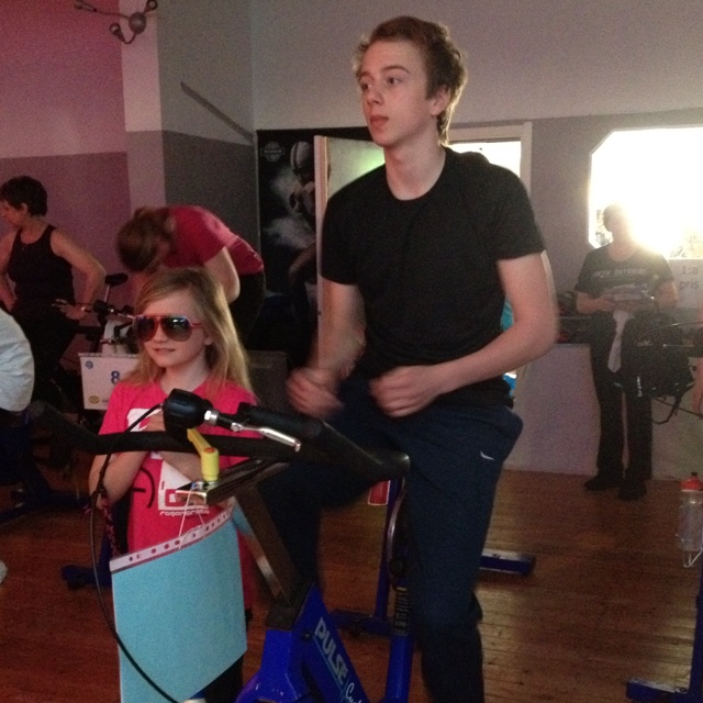 Christopher ridning the bike in Spin of Hope at YES Fitness in Ystad