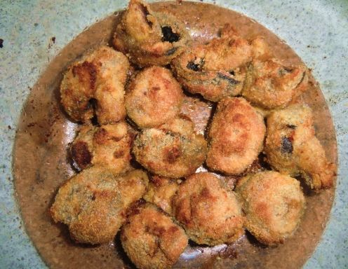 Für die gebackenen Backrohr-Champignons den Backofen auf 220°C/ Heißluft vorheizen. Champignons putzen. Zum Panieren einen Suppenteller Mehl, einen