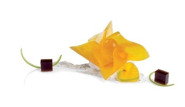 Flor de Asami | Basado en el origami, flor de Asami de croquant de mango con  sférico i de concentrado de flor de saúco, helado de coco y borracho  de ron. Debajo, yogur de menta chocolatera con piel confitada de  lima y gelatina de regaliz. #AlbertAdria #NaturaBook