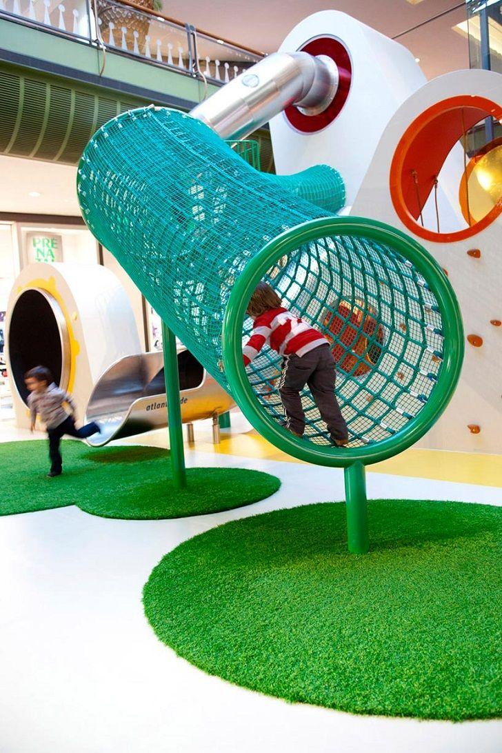 Un parque infantil de diseño inspirado en el arcoíris