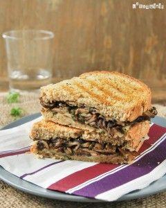 Sandwich caliente de champiñones y provolone