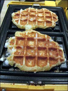 gaufre Préparation : 15 min - Repos : 1H - Cuisson 5 min par gaufre  Ingrédients (pour 10 à 12 gaufres) : 315 gr de farine - 25 gr de sucre - 10 gr de cassonade - 1 pincée de sel - 125 gr de lait - 1 oeuf entier (environ 60 gr) - 25 gr de levure fraiche (ou 2 cuillères à café de levure sèche) - 225 gr de beurre - 200gr de sucré perlé (si vous n'en trouvez pas, vous pouvez aussi utiliser du sucre grains à chouquettes.)  Réactiver la levure dans un peu de lait tiède prélevé dans les 125 gr de…
