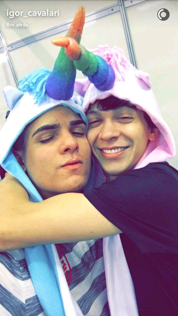 Igão Underground e Julio Cocielo sendo meigos e vestindo gorros de unicórnio :3