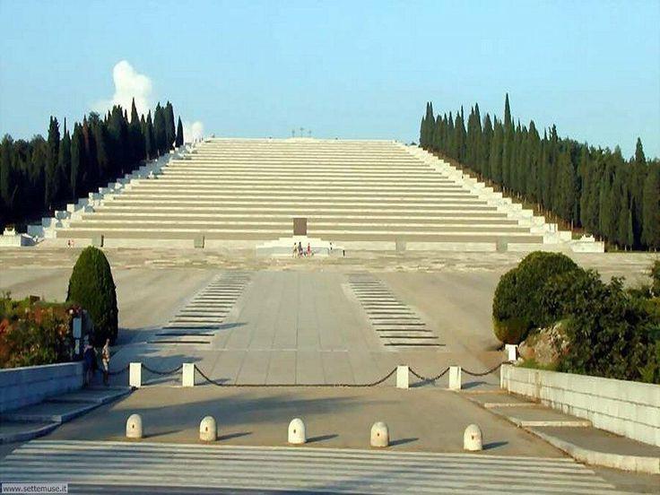 Il sacrario militare di Redipuglia è un monumentale cimitero militare situato in Friuli Venezia Giulia, costruito in epoca fascista e dedicato alla memoria di oltre 100.000 soldati italiani caduti durante la prima guerra mondiale. Wikipedia