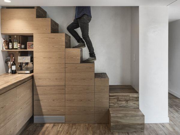Un escalier encastré pour se rendre à l'étage