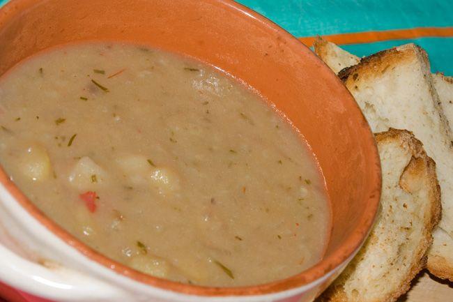 Zuppa di cipolle rosse e patate con rosmarino e peperoncino habanero