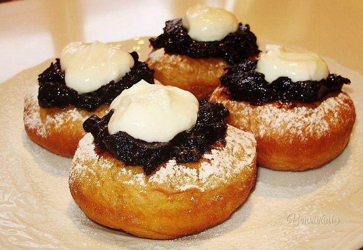 Šišky, koblížky, pampúšiky, donuts, dolky, doughnuts, alebo vdolky. Jedny sú plnené, druhé s dierou uprostred. Niektoré poliate polevou, iné zasa zdobené na vrchu, ale vždy sú veľmi dobré a mne je jedno ako sa volajú, hlavne že sú :) Bavorské vdolky pochádzajú skutočne z Bavorska. Zdobia sa na vrchu slivkovým lekvárom, smotanou a tvarohom.