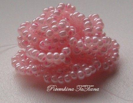 Beaded Rose in Russian - great follow along photos.  http://www.livemaster.ru/topic/6364-master-klass-rozochki-iz-bisera-na-leske?=0=