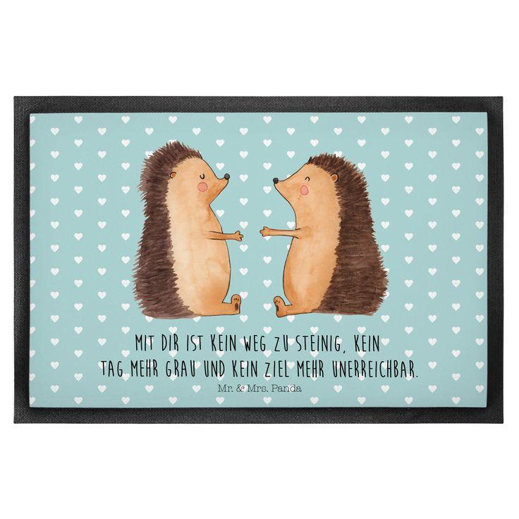 60 x 90 Fußmatte Igel Liebe aus Velour  Schwarz - Das Original von Mr. & Mrs. Panda.      Über unser Motiv Igel Liebe  Das Gefühl verliebt zu sein und seinen Verbündeten gefunden zu haben ist unbezahlbar.  Die verliebten Igelchen überbringen für dich eine ganz besondere Botschaft...    Verwendete Materialien  Hochwertiges 300 Gramm starkes Velourmaterial und rutschfestem Gummi als sichere Unterlage    Über Mr. & Mrs. Panda  Mr. & Mrs. Panda - das sind wir - ein junges Pärchen aus dem Norden…
