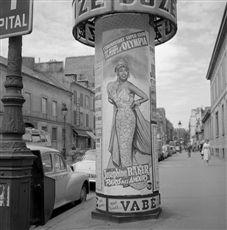 Affiche d'une colonne Morris, pour la revue de Joséphine Baker :  Paris mes amours , à l'Olympia. Paris, rue de Sèvres 1959.