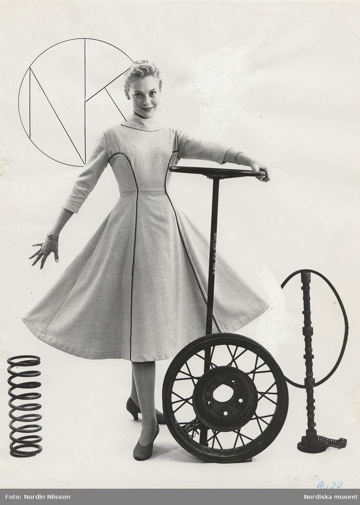 Tonårsmode. Modell i tweedklänning med vid kjol poserar med bildelar. Tonniemodellen 89:-. Foto: Nordin Nilsson, 1950-1955.