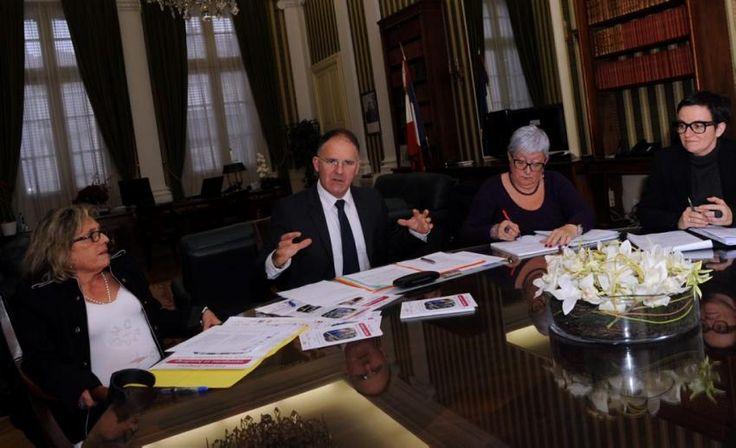 16/11/13. Carcassonne. 1er forum emploi entreprise et handicap. LIRE SUR http://www.ladepeche.fr/article/2013/11/16/1753539-carcassonne-1er-forum-emploi-entreprise-et-handicap.html