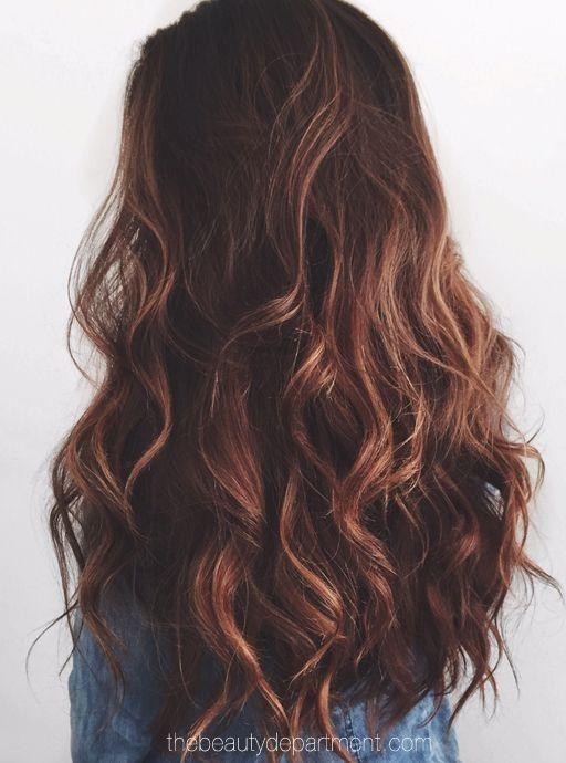 corte de pelo rizado largo con el pelo marrón oscuro