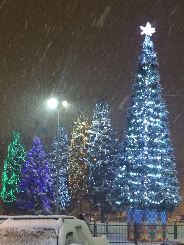 Праздничные ёлки и снегопад